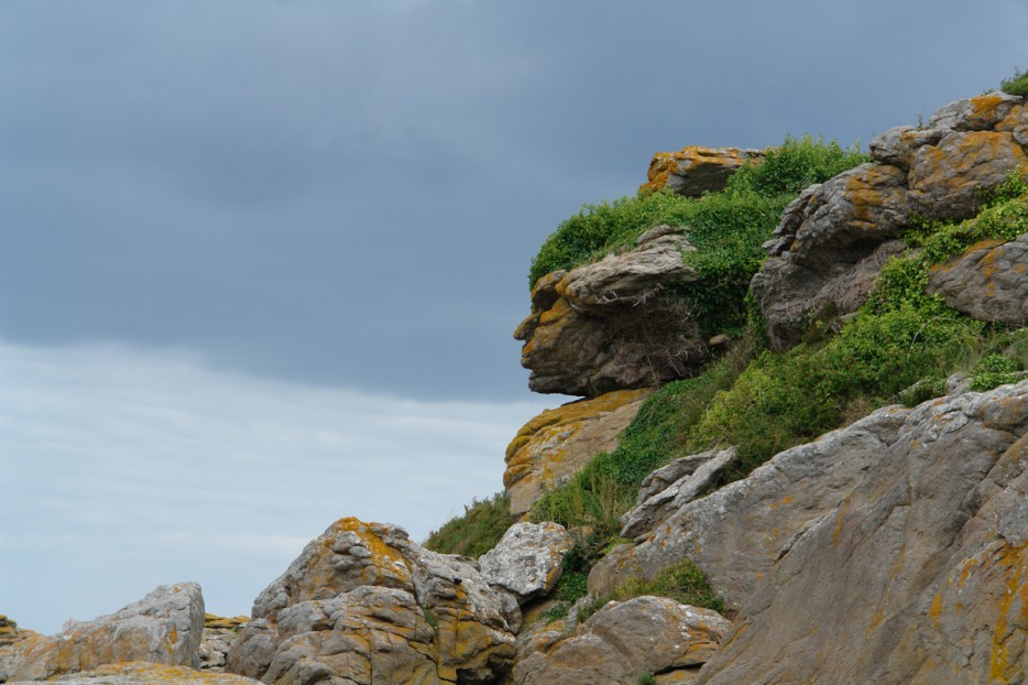 Apache_head_in_rocks_Ebihens_France-934x
