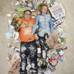 ¿Por qué estas personas están tumbadas sobre pilas de basura?