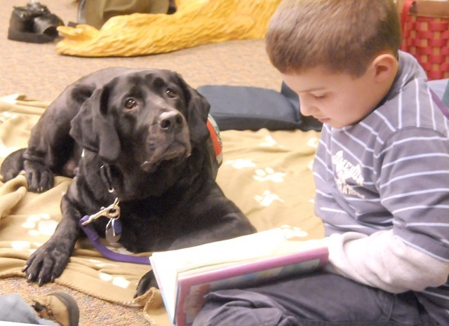 Kids-Reading-to-Dogs-934x
