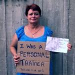 Pidieron a personas sin hogar que escribieran su vida en un pedazo de cartón y esto fue lo que pasó