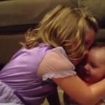 Esta niña está devastada porque su hermanito bebé debe crecer