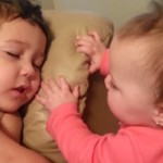 El despertar más cariñoso que un hermanito puede tener