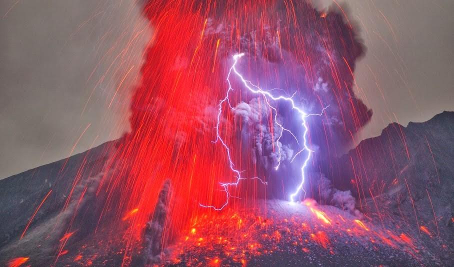 Wow-This-was-taken-at-Japans-Mount-Sakurajima-volcano-by-Martin-Rietze-934x
