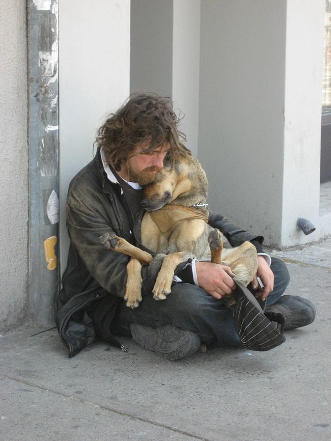 Persona sin hogar y su mascota