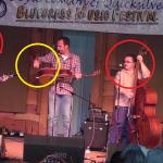 Apuesto a que no puedes adivinar lo que están mirando estos músicos
