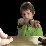 Esto es lo que pasa al poner a niños delante de un muñeco negro y uno blanco
