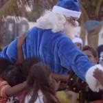 Llénate de alegría viendo la visita de Papá Noel a este barrio
