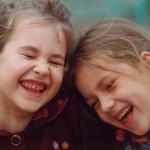 Dos niñas protagonizan la pedida de mano más conmovedora, ¡a su madre!