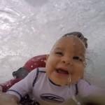 Un bebé surfea por primera vez ¡a los 9 meses!