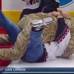 Un soldado sorprende a sus padres en un partido de hockey ¡Momentazo!